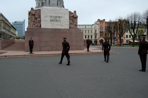 Смена караула у памятника Свободы.Changing of the guard at the Freedom Monument.