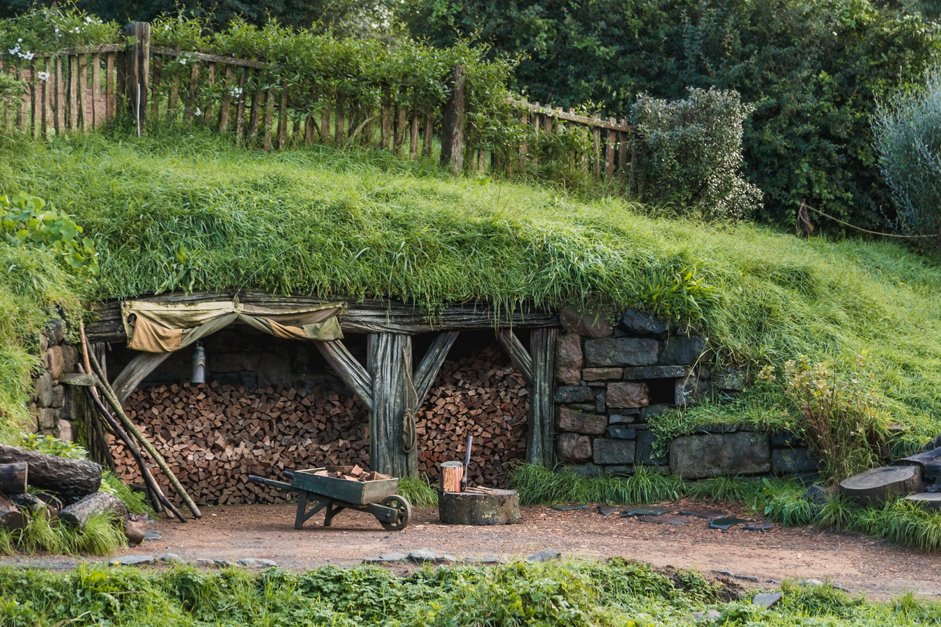 Lumberjack,The Hobbiton, The Shire,Хоббитшир, Удел, Хоббитания, Заселье, Край,Matamata, North Island ,New Zealand