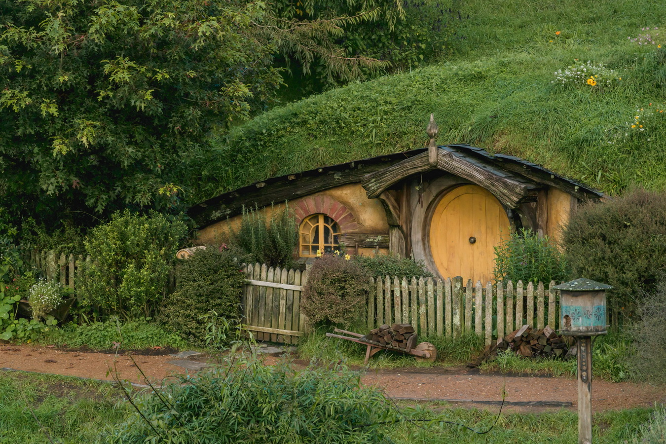 underground house,yellow door,The Hobbiton, The Shire,Хоббитшир, Удел, Хоббитания, Заселье, Край,Matamata, North Island ,New Zealand