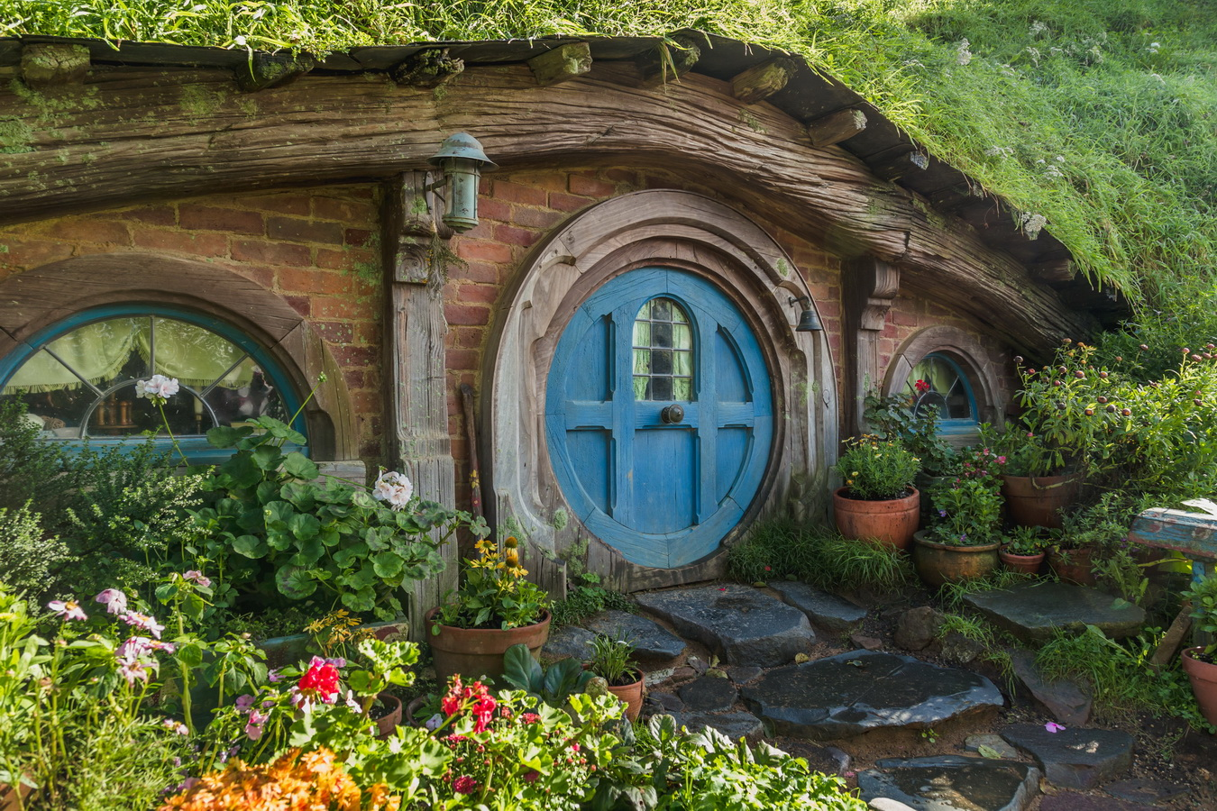 blue door, underground house,The Hobbiton, The Shire,Хоббитшир, Удел, Хоббитания, Заселье, Край,Matamata, North Island ,New Zealand