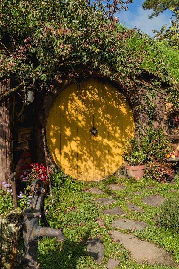 yellow door,The Hobbiton, The Shire,Хоббитшир, Удел, Хоббитания, Заселье, Край,Matamata, North Island ,New Zealand
