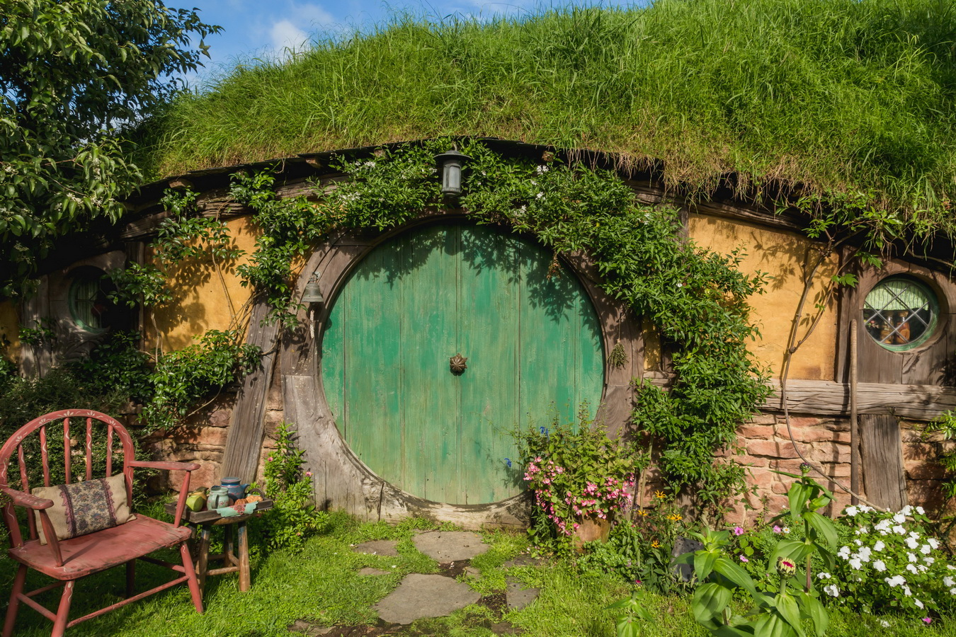 yellow house, green door,The Hobbiton, The Shire,Хоббитшир, Удел, Хоббитания, Заселье, Край,Matamata, North Island ,New Zealand