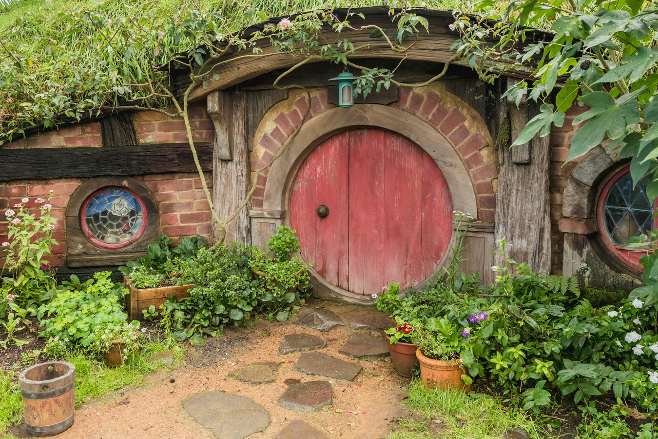 house,red door,The Hobbiton, The Shire,Хоббитшир, Удел, Хоббитания, Заселье, Край,Matamata, North Island ,New Zealand